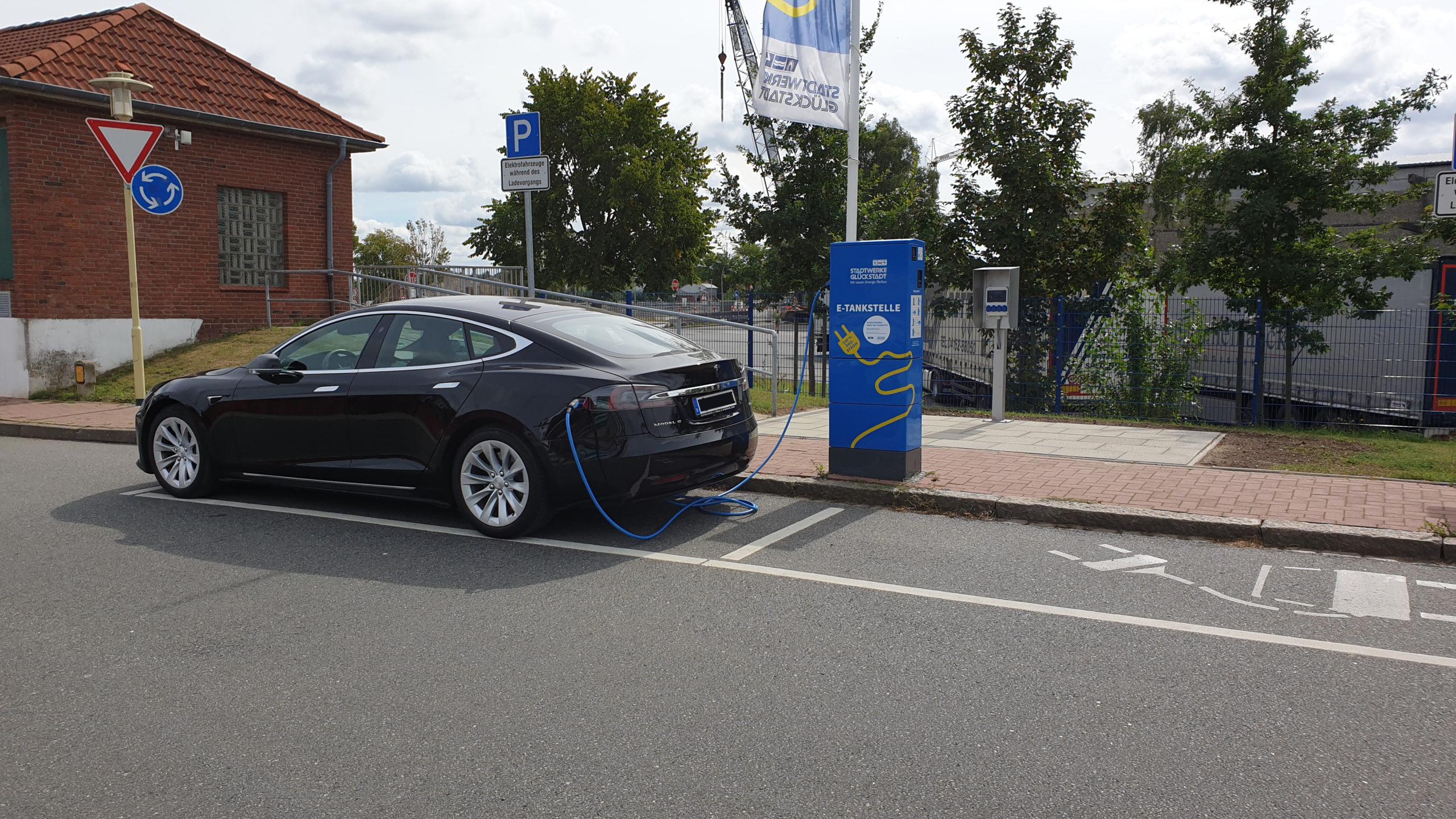 Charging the Tesla Model S in Glückstadt
